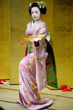 Geisha and Maiko Japanese Geisha, Japanese Kimono, Kyoto, Arte Country, Memoirs Of A Geisha, Traditional Japanese Art, Japan Photo, Yukata, Japanese Culture