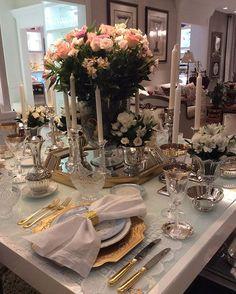 Amor de mãe e filha reunidos numa linda e clássica mesa. Quando detalhes, gostos e tradição se perpetuam, o resultado pode ser visto nessa linda mesa de @tayse_dantas_ e de sua mãe Tania Dantas. Parabéns pelo bom gosto e pela belíssima mesa.