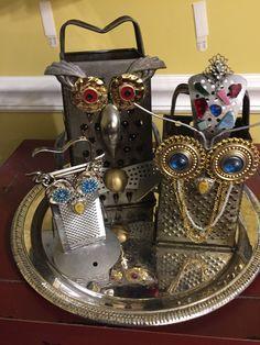 Reibe wird zur Deko Eule – Inspiration Source by The post Reibe wird zur Deko Eule – Inspiration appeared first on Pin This. Jewelry Crafts, Jewelry Art, Jewelry Accessories, Scrap Metal Art, Owl Crafts, Junk Art, Assemblage Art, Owl Art, Button Art
