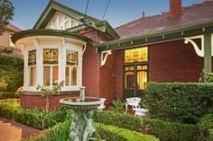 The enduring appeal of Australian Federation architecture Exterior Color Schemes, Exterior Paint Colors, Exterior House Colors, Interior And Exterior, Paint Colours, Victorian Style Homes, Edwardian House, Australian Architecture, Australian Homes
