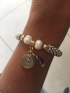 Pulsera de San Benito con perlas y cristales