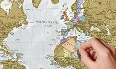 Auf der dekorativen Weltkarte mit einer Münze alle Reiseziele freirubbeln, die man bereits besucht hat oder noch besuchen will