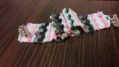 Ušila som takýto náramok, ktorý vyzerá akoby bol tkaný. Je šitý z korálok Tila a Toho. Má magnetické zapínanie.
