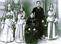 A picture taken in 1905 of a Greek family from Silli/Sille, near Konya/Ikoniou (Asia Minor) in traditional folk dress. Folk Costume, Costumes, Greek Dress, Empire Ottoman, Old Greek, Greek Culture, Photographs Of People, Cappadocia, Back In The Day