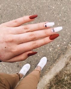 The advantage of the gel is that it allows you to enjoy your French manicure for a long time. There are four different ways to make a French manicure on gel nails. Elegant Nails, Stylish Nails, Trendy Nails, Fall Acrylic Nails, Acrylic Nail Designs, Autumn Nails, Orange Nails, Pink Nails, Oxblood Nails