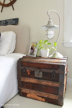 Vintage trunk as a nightstand for the home дом, спальня, чем Nautical Bedroom, Nautical Home, Vintage Nautical, Vintage Trunks, Diy Home Decor Bedroom, Bedroom Vintage, My New Room, Small Spaces, Sweet Home