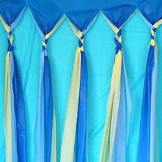To cover the tool wall in the garage? Great idea for a back drop. 4 table cloths from the dollar tree, cut in strips and braided. Frozen Birthday Party, Frozen Party, Birthday Parties, Birthday Ideas, Party Kulissen, Party Time, Party Ideas, Plastic Tablecloth Backdrop, Photo Booth Backdrop