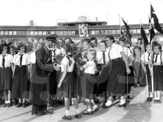 Joseph Goebbels being greeted by Hitler Youth girls at the Hamburg Airport Joseph Goebbels, German Girls, Russian Revolution, Building An Empire, The Third Reich, Japan, Boy Scouts, World War Two, Wwii