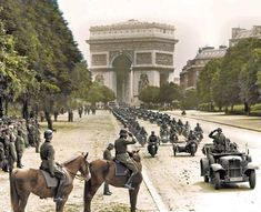 [🇩🇪]-----> Deutsche Truppen während einer Siegesparade in Paris am Arc de triomphe, nach dem erfolgreichen Frankreichfeldzug. German Soldiers Ww2, German Army, American Soldiers, Ww2 Photos, History Photos, World History, World War Ii, Paris Vintage, Military History