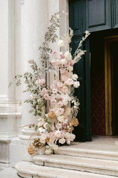 Modern Wedding Flowers, Wedding Ceremony Flowers, Winter Wedding Flowers, Floral Wedding, Wedding Bouquets, Beige Wedding, Elegant Wedding, Ceremony Decorations, Flower Decorations