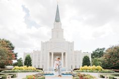 Houston LDS Temple Wedding and Reception at Hidden Fork Country Club Great Buildings And Structures, Modern Buildings, Latter Day Bride, Lds Temple Pictures, Dubai Skyscraper, Temple Wedding, Lds Temples, Country Club Wedding, Concert Hall