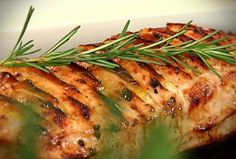Lomo de cerdo con manzana: Hacer cortes verticales y poner un trozo de manzana en cada uno, salpimentar i poner al horno a 180º unos 20  minutos hasta que esté dorado (servir caliente)