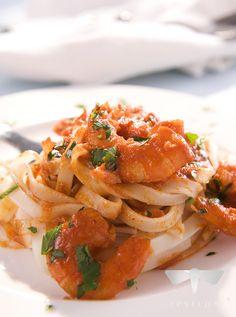 Tagliatelle w kremowym sosie z krewetkami #spizarniasmakow #przepisy #foodphoto #owocemorza #krewetki #tagiatelle Spaghetti, Ethnic Recipes, Food, Eten, Meals, Noodle, Diet