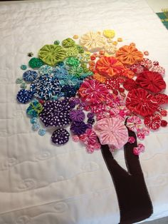 love this yo-yo tree Quilting Projects, Quilting Designs, Sewing Projects, Yo Yo Quilt, Quilt Modernen, Fabric Art, Fabric Scraps, Fabric Flowers, Hand Embroidery