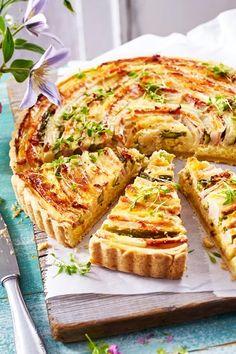 Für das Kunstwerk auf knusprigem #Mürbeteig verwenden wir sowohl weißen, als auch grünen Spargel und Kasseleraufschnitt für die Würze. Eine cremige Kartoffelschicht auf dem Teigboden machen diesese Backwerk dann zur besten Spargel-Quiche, die es gibt! #spargelquiche #spargel #quiche #spargelzeit #spargelrezepte #rezepte #rezeptideen #quiche #kasseler #kartoffeln #grünerspargel Quiche Recipes, Pizza Recipes, Brunch Recipes, Crockpot Recipes, Breakfast Recipes, Vegetarian Recipes, Dessert Recipes, Breakfast Healthy, Whole30 Recipes