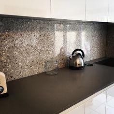 Atlantic Salt Caesarstone Splashback. A very modern option to a tile finish. Contrasts very well against the Stone Benchtop #rydebuild #atlanticsalt #caesarstone #mosman