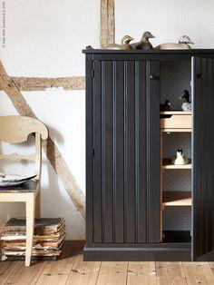 En modern tolkning av möbler som har sina rötter i svensk folklore - augustinyheten ARKELSTORP är traditionell med tidlös design. Formgivaren Ebba Strandmarks mål med kollektionen är att skapa inredning som håller hela livet.