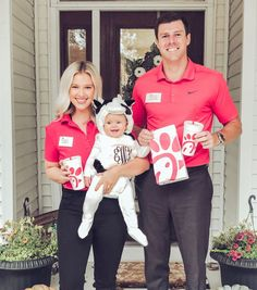 Chick fil a costume, family costume ideas, family Halloween costumes Little Girl Halloween Costumes, Pregnant Halloween Costumes, Baby Girl Halloween Costumes, Clever Halloween Costumes, Maternity Halloween, Creative Costumes, Halloween Ideas, Twin Halloween, Zombie Costumes