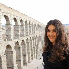 #Repost @enjoynature.es ・・・ Dos bellezas es esta bonita foto, la preciosa Marina Gómez y el lindo Acueducto de Segovia. . #Repost @marinagomez86 ・・・ Único y magnífico, el Acueducto de Segovia es una de las más soberbias obras que los romanos dejaron repartidas por su vasto imperio. Fue construido para conducir hasta Segovia el agua de la Sierra, es símbolo heráldico de la ciudad y su construcción fue atribuida al diablo por la leyenda. . . ... #senderismo #Trekking #hiking #running #outdoors…