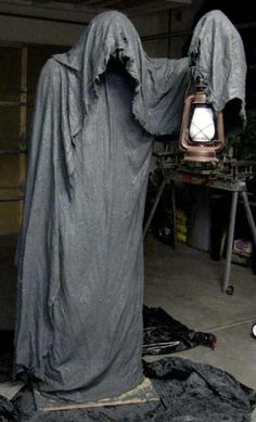 10 Terrifying DIY Props for Your Haunted House Creepy Halloween Decoration! This grim reaper halloween decoration is sure to put the fright in your night! Dulceros Halloween, Halloween Forum, Adornos Halloween, Halloween Disfraces, Halloween Projects, Holidays Halloween, Halloween Costumes, Halloween Yard Ideas, Vintage Halloween