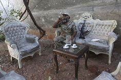 Ejército Libre Sirio | Especial. Tomando café y agua en un salón improvisado al aire libre en Alepo, el 27 de agosto.