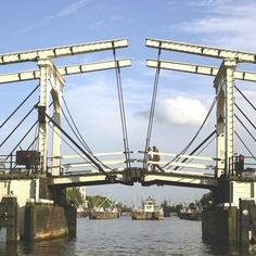 Magere brug Amsterdam Holland, Visit Amsterdam, Leiden, Amsterdam Canals, Beautiful Architecture, Netherlands, The Good Place, Dutch, Beautiful Places