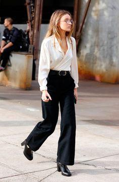 Street style look com blusa transpassada branca, calçca jenas preta cropped, e sapato boyish preto.