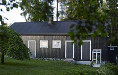 Varpunen: Varpunen + Tikkurila IV: Musta navetta. Navetta maalattu Teho-puutalomaalilla, Ikkunat ja ovet Teho Ikkunamaalilla ja sokkeli Yki-sokkelimaalilla. #tikkurila #maalaustalkoot #varpunen #mökki #navetta #puutalo #ikkuna #ulkomaalaus #ovi