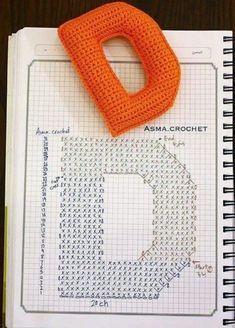 Crochet Alphabet, Crochet Letters, Crochet Gratis, Diy Crochet, Abc School, Patron Crochet, Diy Keychain, Crochet Flowers, Crochet Projects