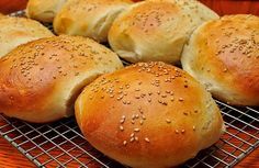 Just make homemade Thermomix burger buns with this truly amazing recipe! The hamburger is a pr… Homemade Vegan Burgers, Homemade Hamburger Buns, Homemade Hamburgers, Pain Thermomix, Thermomix Bread, Bread Recipes, Cooking Recipes, Bellini Recipe, Bun Recipe