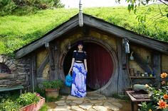 lord of rings movie tours, hobbit fans posing with door in auckland, north island new zealand. Photo tour of Hobbiton, the New Zealand #Hobbit movie location! See the Lord of the Rings film set, The Shire hobbit houses, Green Dragon Inn and more LOTR in New Zealand. Read it: http://www.lacarmina.com/blog/2016/05/hobbiton-film-set-tour-hobbit-holes/ the shire, hobbit holes houses
