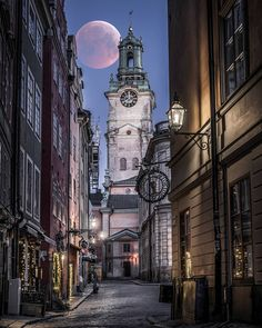 "karl on Instagram: ""Blodmånen.... Igen... #gamlastan #stockholm #igscstockholm #stockholm_insta #viewstockholm #visitstockholm #nightphotography_exclusive…"" Sweden Travel, San Francisco Ferry, Stockholm, Moonlight, Big Ben, Building, Instagram, Pictures, Buildings"