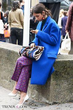 Кобальтовое пальто и брюки с принтом