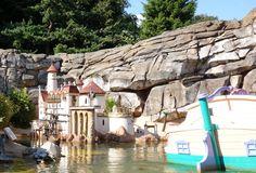 Le Pays des Contes de Fées à Disneyland Paris - Un bateau passe devant la scène de La Petite Sirène.