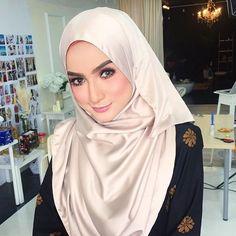 Makeup on living doll @farahanimrazak yesterday for @tunik.my at @nabilnadirstudio. Si darah manis ni sgt2 lawaaaa n slim so jealoussss!!