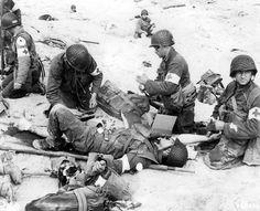 Utah Beach, Medics de la 4th US Infantry Division, soignant l'un des leurs sur la plage.