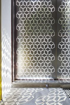 I love the natural light and the way it encapsulates the pattern. Partition Screen, Divider Screen, Partition Design, Laser Cut Screens, Laser Cut Panels, Metal Panels, Screen Design, Cnc Cutting Design, Decorative Screens
