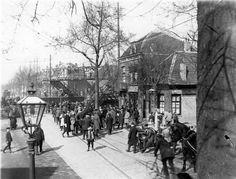 De Amsterdamsestraatweg In 1863 legde de Nederlandsche Centraal Spoorweg Maatschappij de spoorlijn naar Amersfoort aan. Die spoorlijn sneed de Daalsedijk in twee delen en kruiste de Amsterdamsestraatweg. Daar werd een spoorwegovergang aangelegd, die tot 1942 bestond. Na de bouw van de wijken Ondiep en Zuilen werd het druk op de Amsterdamsestraatweg. Het verkeer stond vaak minutenlang voor de overweg te wachten op de trein.