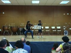 La professora de violí, Margui Cueves, acompanyant un petit alumne (15-6-2012)
