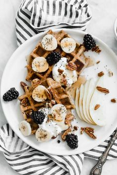 Delicious recipe | Waffles | Bananas | blackberries | Lunch | Breakfast | Sweets | Inspo | More on fashionchick.nl