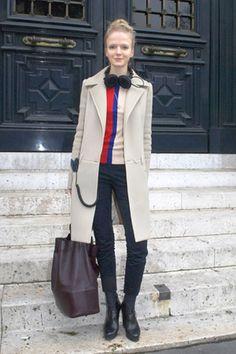 ソフィ・ローテンシュタイナー(Sophie Ruthensteiner)さん  Nicola Formichetti アシスタント    コート:Givenchy(ジバンシィ)  トップ、バッグ:Céline(セリーヌ)  パンツ:Cos(コス)  シューズ:Jil Sander(ジル・サンダー)