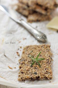Paine crocanta wasa detaliu Crisp Bread, Dessert, Crackers, How To Dry Basil, Foodies, Seeds, Detail, Biscuits, Kuchen