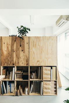 4マスひとつの棚で、ふたつ分を積み上げ、6個分を連ねたモジュールタイプとなっています。 それぞれのマスはA4サイズがきっちりとおさまる33cm四方。 雑然とした書類はファイルやファイルボックスにまとめ、また建材サンプルなどは箱に入れて収納。 Deco Furniture, Kids Furniture, Furniture Design, Osb Wood, Modular Closets, Room Planning, Modern Kitchen Design, Office Interiors, Decoration