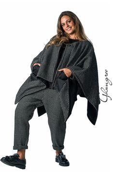 Mantella reversibile 4124 in lana e viscosa con trama operata da un lato, e tessuto tecnico di viscosa in tinta unita dall'altro.  Le tasche sono applicate in contrasto di tessuto.  Taglia unica, vestibilità illimitata.  Abbinabile con maglia 4123, e pantalone 4122,4138.