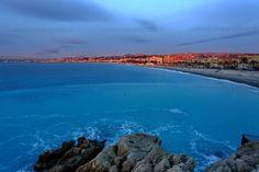 Premières lueurs sur la Promenade des Anglais à Nice, Alpes Maritimes. Le soleil se lève sur la baie des Anges et illumine la plage.