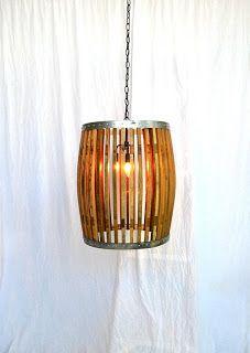 Lámpara montada con algunas partes de un con viejo barril de vino.                                                                                                                                                                                 Más