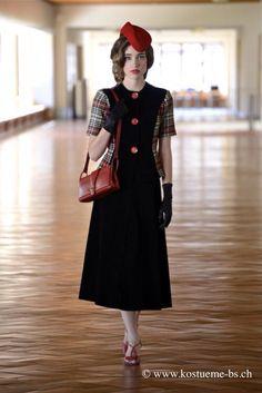 40er Jahre Kleiderg - Kostümverleih - Der Krieg bedeutete für die Mode zwar keinen Stillstand, jedoch entwickelte sich das ganze Bild sehr viel langsamer. Viele Ressourcen wurden in die Kriegsanstrengungen verwendet. So waren gab es fast überall Rationierungen. Um die wenigen vorhandenen Stoff-Ressourcen maximal auszunutzen, wurden die Kleider der 40er Jahre sehr schmal geschnitten und man verzichtete auf Falten, ohne das jedoch die Eleganz verschwand.  #kostümverleih #PatsUniform #Basel…