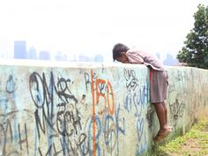 Coret-coretan di dinding taman