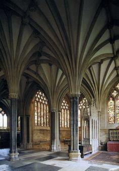"""Sala-Capitular-de-la-catedral-de-Wells. La tendencia decorativa del gótico inglés se fue acentuando hasta llegar al """"decorated style"""" o """"estilo curvilíneo"""" desarrollado desde 1230 y paralelo al gótico radiante francés."""