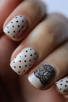 Uñas color crema con puntos negro y diseño elegante.